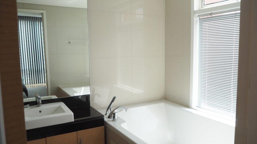 Three bedroom condo for rent in Ekamai
