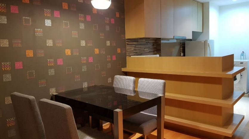 One bedroom condo for rent in Ratchathewi - Dining table