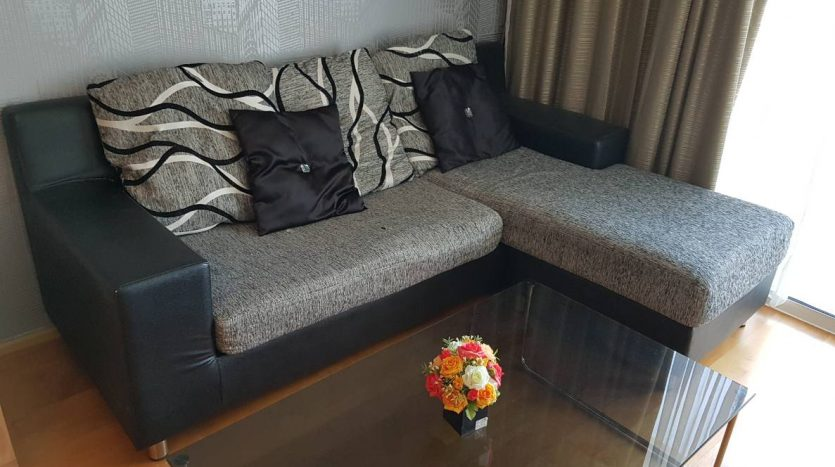One bedroom condo for rent in Ratchathewi - Sofa