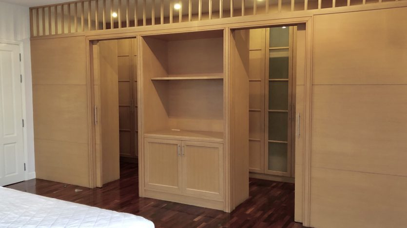 Apartment for rent on Soi Ari 3 - Wardrobe