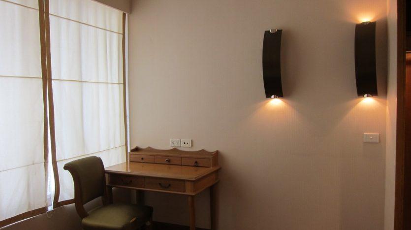 Two bedroom condo for rent in Langsuan - Desk