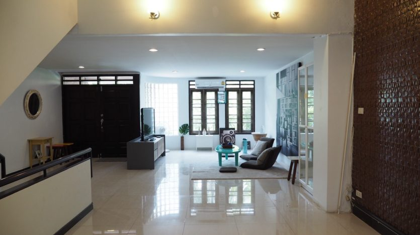 Townhouse for rent in Thong Lo - Living room