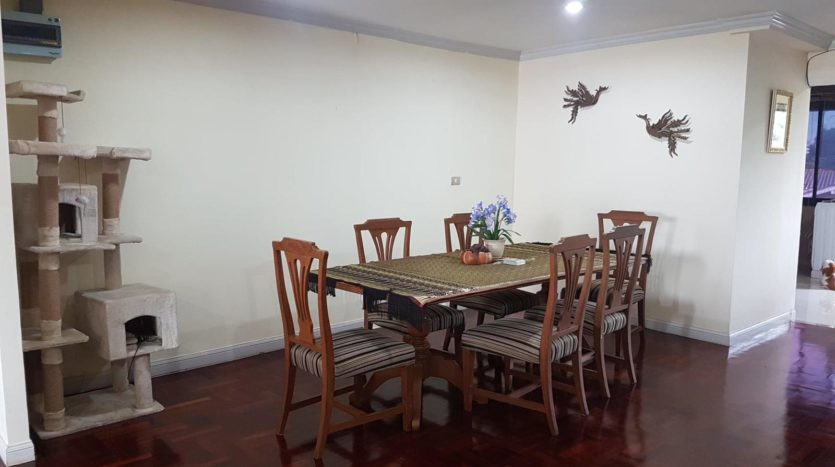 Three bedroom pet friendly condo for rent in Ari - Dining