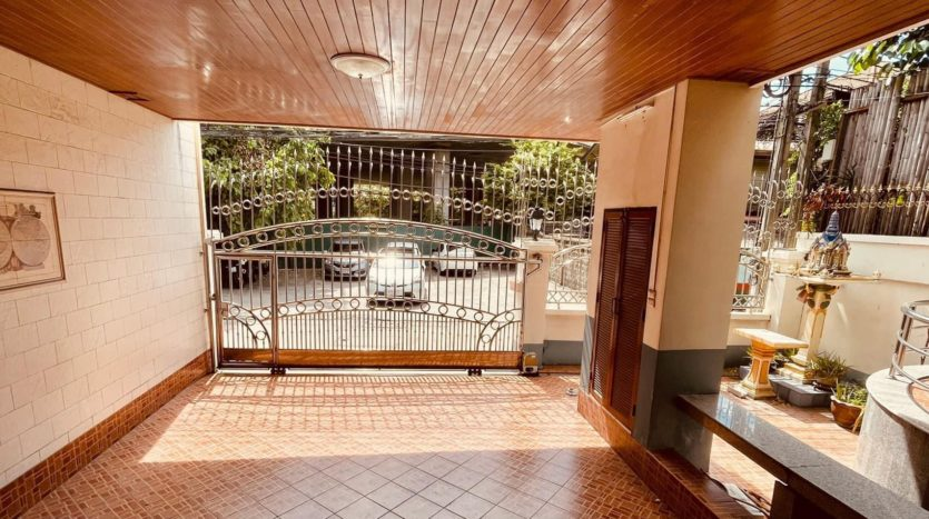 House for rent in Ari - Parking