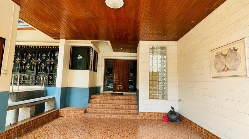 House for rent in Ari - Entrance