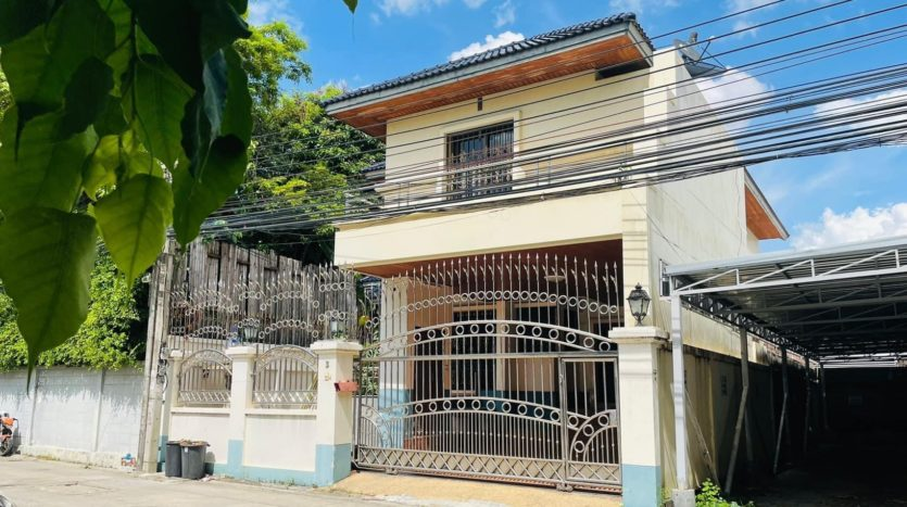 House for rent in Ari - Front